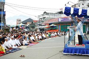 likota Riza Falepi, Muspida Plus dan warga kota Payakumbuh tengah melaksanakan shalat Id.