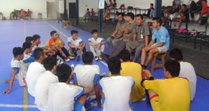 Maneger Tim Futsal Safrianto Rusli didampingi Pelatih dan asisten serta Sektim Futsal Kota Padang saat memberikan instruksi pada pemain pada laga ujicoba.
