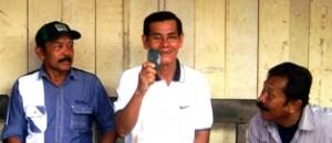 Anggota DPRD Kota Payakumbuh H Maharnis Zul mempergakan bahan Batu Akik Lumuik Suliki yang dibelinya di Pameran dan Lelang