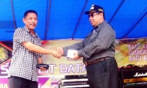 Bantuan Kegiatan juga diserahkan oleh Wakil Ketua DPRD Kota Payakumbuh H Wilman Singkuan Datuak Parpatiah kepada Ketua Panpel Khairul Apit