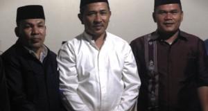 Fitrial Bachri berfoto bersama pengurus wirid pengajian anak nagori Aiatobik disurau Darek Balai Jariang Aiatobik.