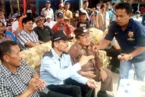 Panpel Ferry Zulhadi memasangkan Batu Akik Lumuik Suliki yang dimenanglelangkan oleh Ketua DPRD Limapuluh Kota Safaruddin Datuak Bandaro Rajo