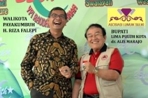 Walikota Payakumbuh Riza Falepi dan Bupati Limapuluh Kota Alis Marajo berbatu akik