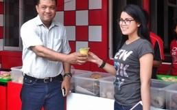 Zal Ahmadi dan Ratu Sikumbang, mempromosikan produk F1Aina