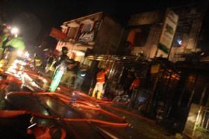 Petugas Damkar Kota Padangpanjang ketika memadankan api di ruko yang terbakar Jum'at dinihari.