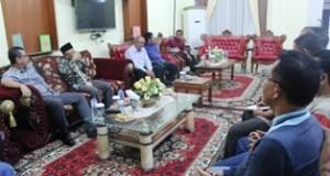 Anggota Komisi VI DPR-RI H refrizal sedaang berdialog dengan pejabat Pemko