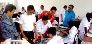 Gubernur Sumbar Prof Irwan Prayitno menyaksikan praktik merangkai Laptop siswa SMKN 2 Guguak yang khusus IT disaksikan Education Program Director Axioo Class Program Timmy Theopelus ST MCSE, Sabtu 14 Maret 2015