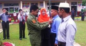 Pemasangan dasi kepada tenaga pendidik oleh Wabup Drs H ASyirwan Yunus MSi.