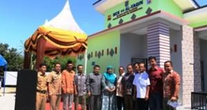 Sekdako H. Benni Warlis usai meresmikan MCK Plus+ di Kelurahan Ompang Tanah Sirah, Kecamatan Payakumbuh Utara, berfoto bersama anggota KSM kelurahan setempat dan anggota Muspida serta sejumlah pimpinan SKPD dan anggota DPRD