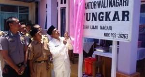 Wakil Bupati Lima Puluh Kota Drs. H. Asyirwan Yunus Membuka Selubung Peresmian Kantor Walinagari Tungkar