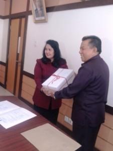 Wawako Payakumbuh H. Suwandel Muchtar menyerahkan Laporan Keuangan Pemerintah Daerah Kota Payakumbuh, Tahun 2014, kepada Kepala BPK RI Perwakilan Sumbar Betty Ratna Nuraeny di gedung BPK Perwakilan di Padang, Rabu.