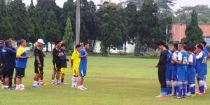 Persib Bandung berlatih di Pusat Pendidikan Polisi Militer.