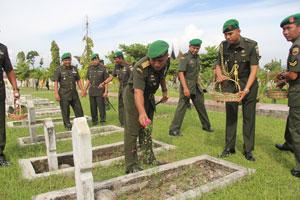Brigjen TNI Widagdo Hendro S saat menabur bunga kesalhsatu makam Pahlawan.