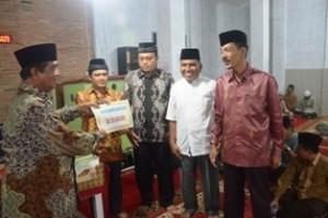 Ketua DPRD Sumbar Hendra Rahim menyerahkan bantuan Rp20 juta buat Masjid Al Muttaqin Tanjung Pauh, disaksikan Ketua DPRD payakumbuh Dt. Parmato Alam, Kamis.