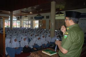 Penguatan Akhlak: Kadisdik Desmon saat menyampaikan amanat Walikota Hendri Arnis di depan 500 peserta Pesantren Ramadhan SMAN 1 Padangpanjang.