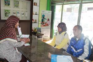 Mulyadi (47) dan sang putri Sri Wahyuni Mulia (18) saat melakukan kunjungan ke Graha Kemandirian Dompet Dhuafa Singgalang terkait penyerahan donasi biaya pendidikan oleh Finance Operasional DDS, Fera Zora, pada Selasa (23/6) lalu (nisa).