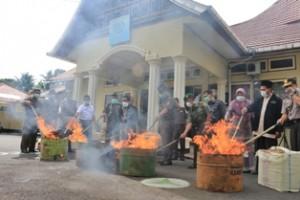 Muspida Payakumbuh melakukan pemusnahan barang bukti jenis Narkoba di halaman kantor Kajari Payakumbuh
