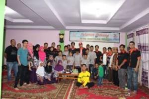 Ketua Great Corolla Club (GCC) Payakumbuh/Lima Puluh Kota Angga Steven menyerahkan bantuan kepada pengurus Panti Asuhan Bustanul Ulum.