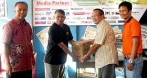 H Almaisyar berikan paket lebaran untuk anggota BW Payakumbuh
