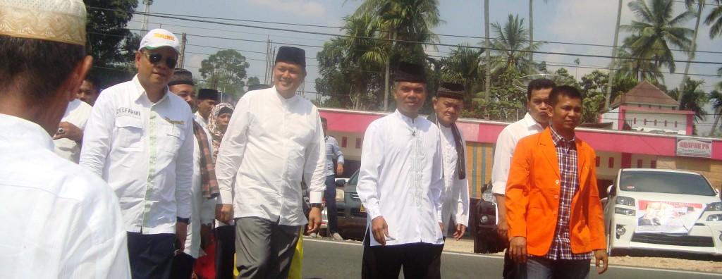 H Rifa Yendi - Zulhikmi mendaftar di KPU Limapuluh Kota, Senin (27/7).