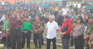 Wakil Bupati Tanah Datar didampingi tokoh olahraga Sumbar, H Yasman Yanusar saat pembukaan Jordus FC.