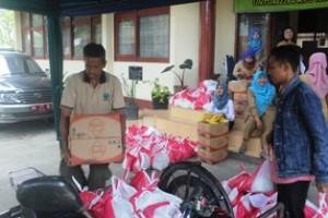 Paket sembako buat keluarga miskin, dijemput dengan becak  oleh petugas ke Kantor Koperindag, Selasa .