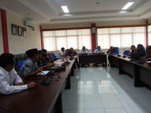 Anggota DPRD Syahrul Dt lung dan Heppy Neldi berdiskusi dengan manager Keuangan Angkasa Pura II mengenai potensi PAD pada BIM di Ruang Rapat AP, Rabu (8/7).