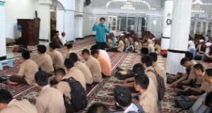 Sekdako Benni Warlis ketika memberikan pencerahan pada kegiatan Pesantren Ramadhan di Masjid Muslimin Labuh Baru.