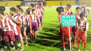 Para pemain masa depan Sumbar saat pembukaan Turnamen KU Piala Ketum PSP.