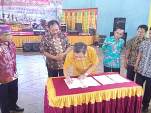 Rektor Novesar Jamarun menandatangani berita acara kesepakatan kerja sama bidang pendidikan seni, baru-baru ini di kantor bupati setempat.