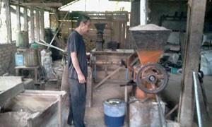 Pengrajin Mungkil kelapa sedang beraktifitas mengelolah mungkil kelapa.