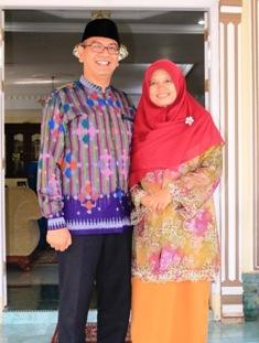 Walikota Riza Falepi dan isteri yang akan bertolak ke Tanah Suci Mekkah, Sabtu mendatang.