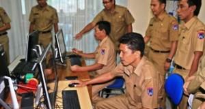 Ass I Yoherman bersama Staf ahli Wako Dafrul Pasi melakukan pendaftaran Ulang PNS didampingi Ka BKD Ifon Satria Chan dan Sek. BKD Hendri Warman di kantor BKD Payakumbuh