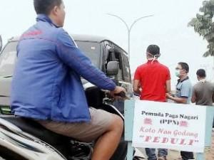 Pemuda Paga Nagari (PPN) Koto Nan Gadang Bagi-Bagi 1.000 Masker, Datuak Rajo Muntiko Alam Mengawal