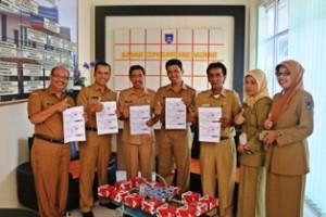 Ass I Yoherman bersama Staf ahli Wako Dafrul Pasi serta Ka BKD Ifon Satria Chan dan Sek. BKD Hendri Warman memperlihatkan print out hasil pendaftaran ulang PNS 2015 di kantor BKD Payakumbuh
