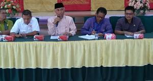 Mahyeldi bersama Sekum KONI Sumbar dan unsur pimpinan panitia saat memimpin rapat.
