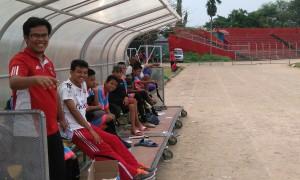Pelatih Sentral Remaja, Robbi Malvinas saat memberikan instruksi kepada pemain.