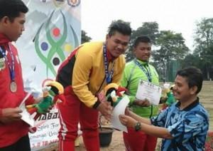 Kabid Olahraga Dispora, Rafli Efendi mengalukan medali kepada atlet Sumbar.