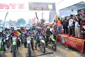 Irwan-Prayitno-saat-melepas-peserta-BAso-Adventrail-Wisata-2015