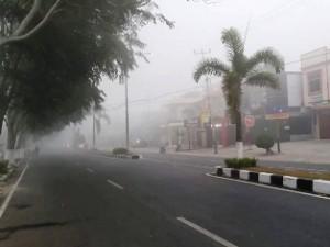 Kabut asap di Payakumbuh, dengan jarak pandang sekitar 150 meter, diambil  di depan pusat pertokoan stasiun Parit Rantang, Senin, pukul 08.15 WIB.