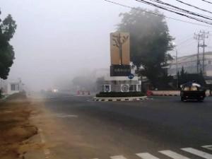 Kabut asap yang makin menebal di kawasan Tugu Adipura pusat kota  Payakumbuh, diambil sekitar pukul 08.00 WIB, Senin.