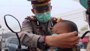 Kasat Lantas Polres Lima Puluh Kota AKP Rico Safutra bagi-bagi masker. Kabut asap kian tebal. Berbahaya.