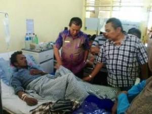 Rampok Berpistol Tembak Nasabah Bank, Puluhan Juta Raib, Wakil Walikota Payakumbuh H Suwandel Muchtar membezuk korban
