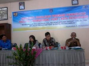 Tiga nara sumber dari provinsi dan Bappeda Payakumbuh, menjelaskan program P2KP, dalam acara Lokakarya dan Sosialisasi P2KP di aula Dikdis, Rabu.