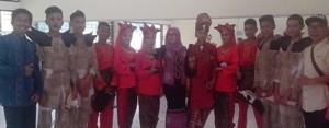 Tim kesenian SMPN 9 Payakumbuh, dengan trofi di tangan, setelah juara Festival Tari Kreasi, di Padang.