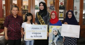 Wawako H. Suwandel Muchtar dan Ny. Rasyidah Suwandel serta staf Disparpora, Nirdawati, foto bersama dengan Puteri Hijab Indonesia 2015, Yulianaa.