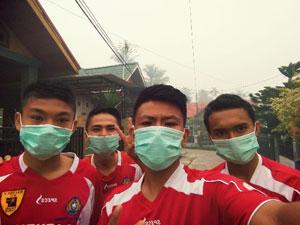 Pemain Futsal Pon Sumbar Ramisdo, Sanjaya,Fajri dan Diego Mengenakan Masker Saat berlatih di Pekanbaru pada turtnamen Piala Walikota Pekanbaru.