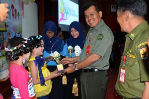 wako-menyerahkan-piala-kepada-pemenang-dalam-ajang-kreativitas-anak