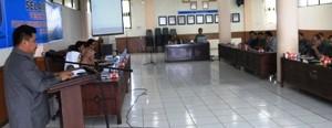Sekdako Benni Warlis membuka sosialisasi FPED di aula balaikota, Senin (5/10).
