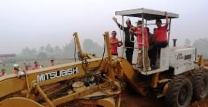 Bupati Alis Marajo dan Wakil Bupati Asyirwan Yunus membuka lapangan bola baru.